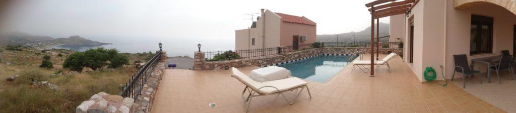 Panorama-Aussicht auf Plakias. Eigener Pool, hehe. Der braune Schatten oben Links ist meine Smartphone-Hülle, grrr.