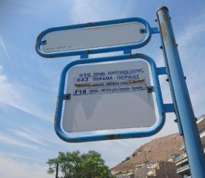Beispiel einer Bus-Linienschild in Athen. Welche Linie ist die dritte von oben!? (Smartphone Foto)